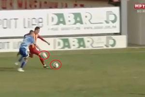 Najbardziej kuriozalna czerwona kartka w historii? Gracz wybił piłkę spod nóg rywala... piłką [WIDEO]