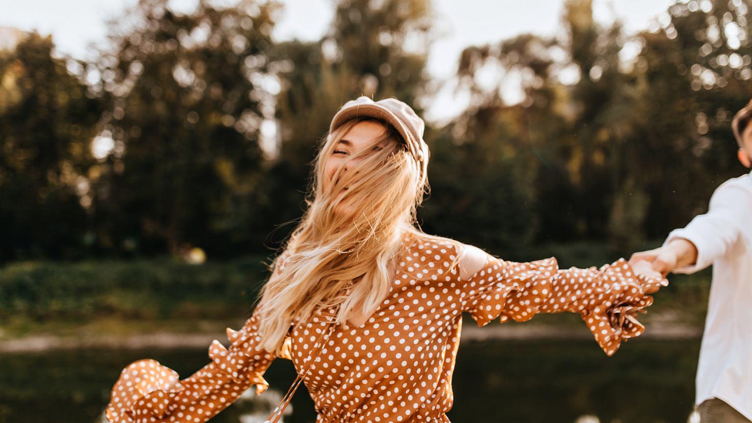 Grochy hitem sezonu! Jak nosić ten ponadczasowy wzór? | Moda