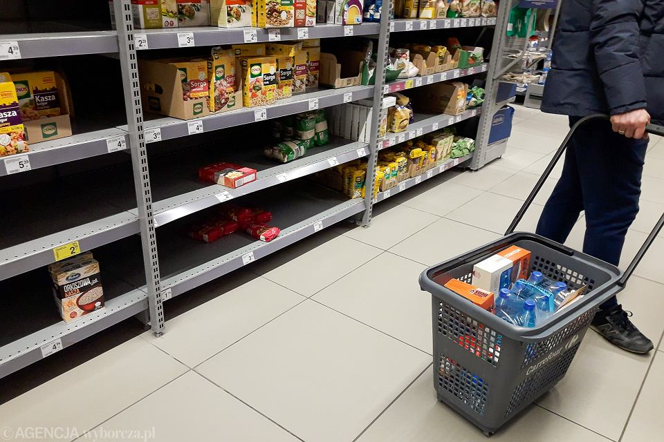 Puste półki na stoisku z kaszą, klienci wykupują suche produkty w związku z zagrożeniem epidemią koronawirusa. Warszawa, 9 marca 2020