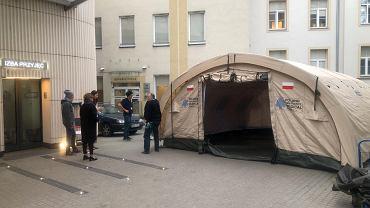 Ratownicy PCPM przekazują polskim szpitalom namioty medyczne
