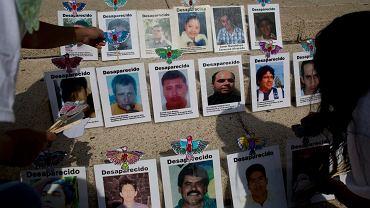 Zdjęcia zaginionych osób wywieszone w Mexico City.