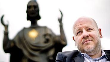 Senator Jan Filip Libicki pod pomnikiem Chrystusa Króla w Poznaniu.