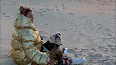 Małgorzata Rozenek w kosmicznej kurtce spaceruje po plaży. Obserwatorzy pytają, dlaczego wychodzi z domu. Lekko się zirytowała