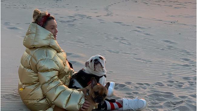 Małgorzata Rozenek spaceruje po plaży. Obserwatorzy pytają, dlaczego wychodzi z domu