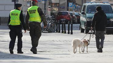 1.04.2020, Warszawa, wspólny patrol policji i żandarmerii wojskowej w czasie epidemii koronawirusa.