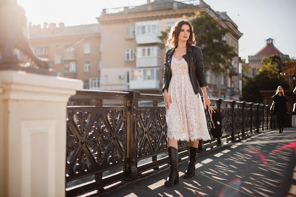 Ramoneska damska będzie idealna dla każdej kobiety, niezależnie od wieku. Zdjęcie ilustracyjne, MRProduction/shutterstock.com
