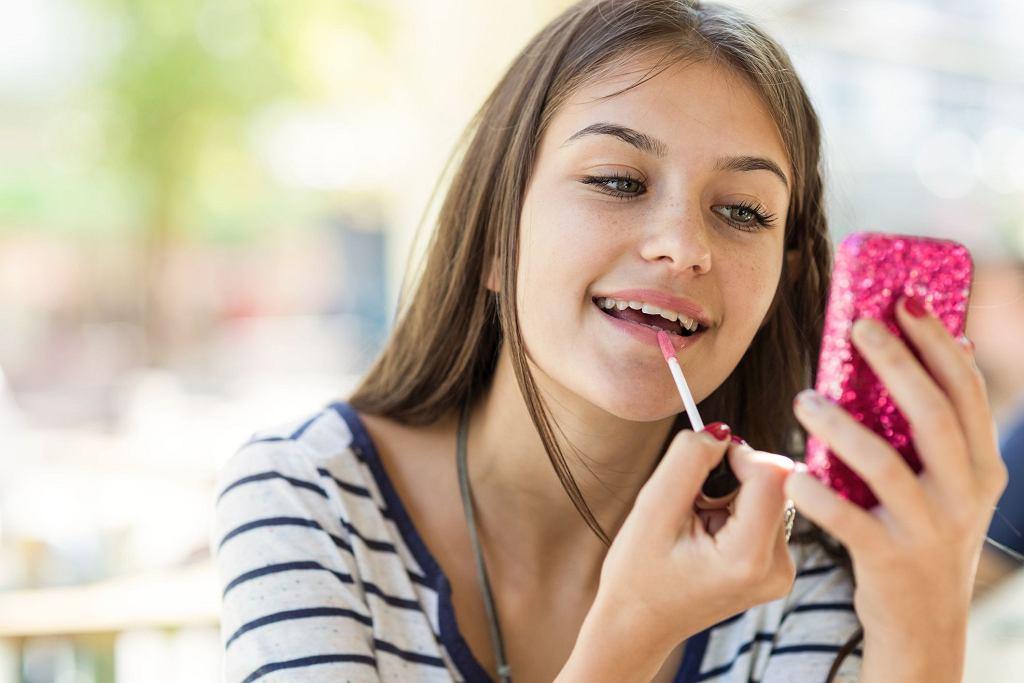 Zbyt różnorodne kosmetyki, stosowane od młodości w dużych ilościach mogą prowadzić do alergii