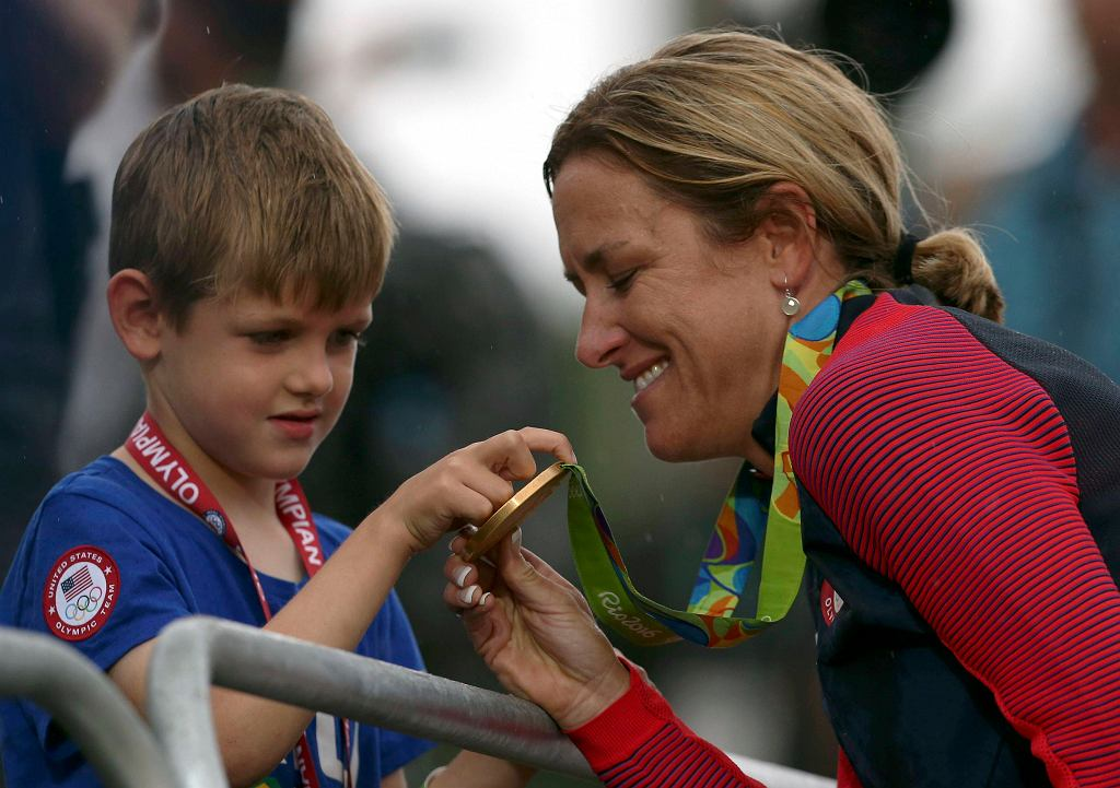 Ceremonia medalowa w Rio 2016: Kristin Armstrong z synem Lucasem