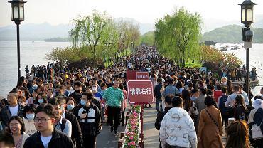 Turyści nad Jeziorem Zachodnim w Chinach w mieście Hangzhou, w prowincji Zhejiang, we wschodniej części kraju. To popularna atrakcja turystyczna.