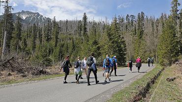 Turyści na szlaku do Morskiego Oka korzystający z pierwszego słonecznego weekendu od otwarcia tatrzańskich szlaków