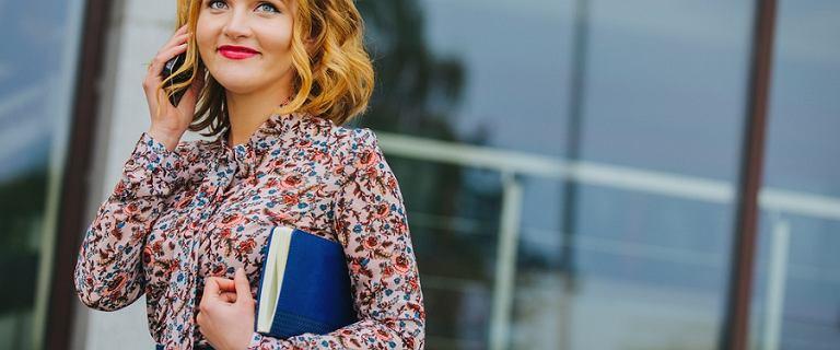 Bluzka z wiązaniem - ciekawy element kobiecej garderoby do letnich stylizacji
