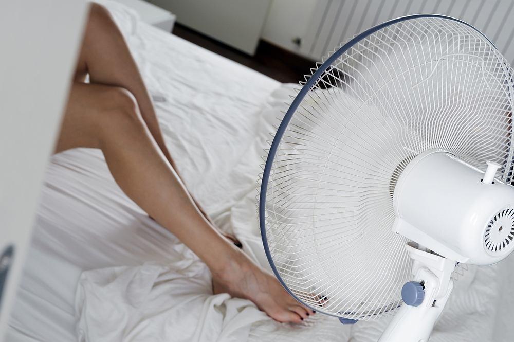 Spanie przy wiatraku włączonym przez całą noc może być szkodliwe dla zdrowia