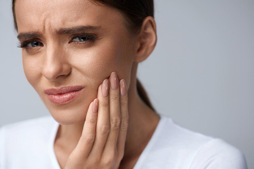 Suchy zębodół to termin stomatologiczny, oznaczający jedno z najczęstszych powikłań po ekstrakcji zęba, często wiąże się z tym dotkliwy ból.