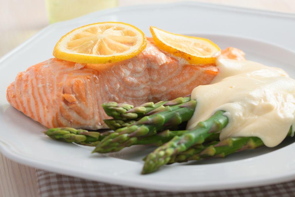 Pieczony łosoś w sosie serowym. Danie idealne nie tylko na piątkowy obiad! [PRZEPIS]