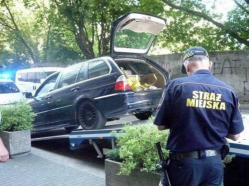 Kierowca BMW nie chciał zapłacić mandatu. Rozbił blokadę młotkiem i odjechał lawetą