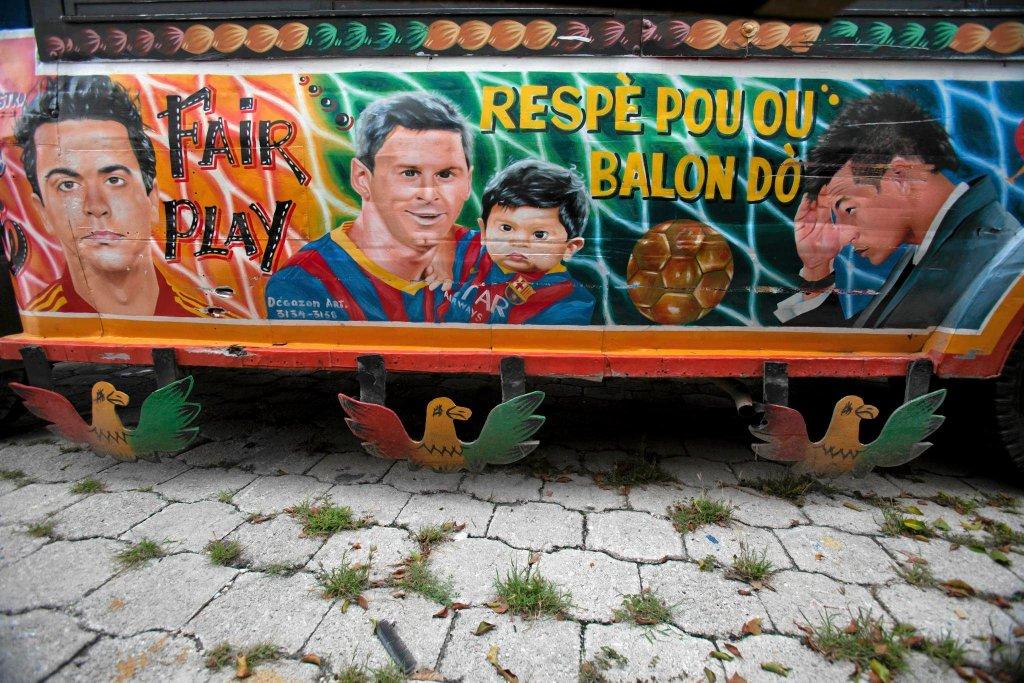 Xavi, Leo Messi z synem Thiago oraz Cristiano Ronaldo na autobusiku tap-tap