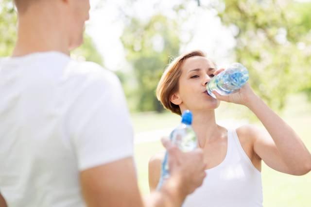 Jednorazowe wypicie za szybko i zbyt dużej ilości wody, zwłaszcza po wysiłku fizycznym, może mieć bardzo poważne konsekwencje