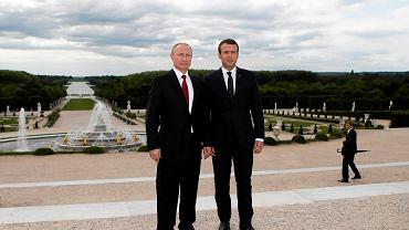 Władimir Putin i Emmanuel Macron w ogrodach Wersalu. Oficjalna wizyta prezydenta Rosji we Francji