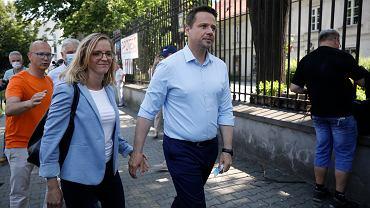 Kandydat na prezydenta RP Rafał Trzaskowski  z żoną podczas głosowania w pierwszej turze