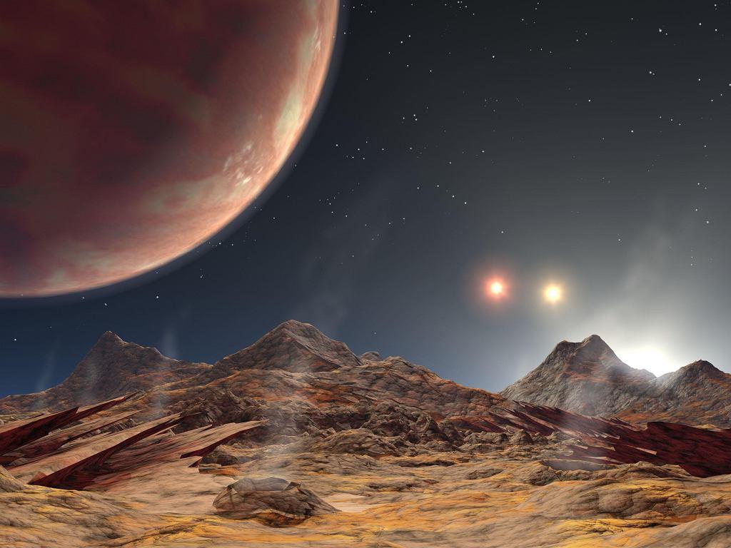 Potrójny zachód słońca obok hipotetycznego gazowego olbrzyma widzianego z powierzchni jego księżyca - Wizja artystyczna