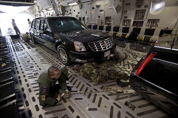 Samolot C17A Globemaster III transportujący Cadillac One - pancerną, ważącą ponad 8 ton limuzynę prezydenta USA: