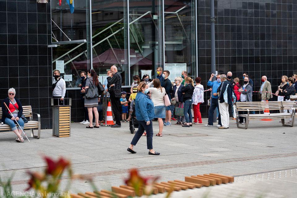 Kolejka przed Urzędem Miejskim w Katowicach. Stanęły w niej osoby chcące dopisać się do spisu wyborców, jak i pobierające zaświadczenia uprawniające do głosowania poza miastem