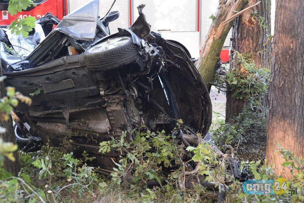 Wypadek w Miradzu. Samochód uderzył w drzewo. Zginęły cztery młode osoby