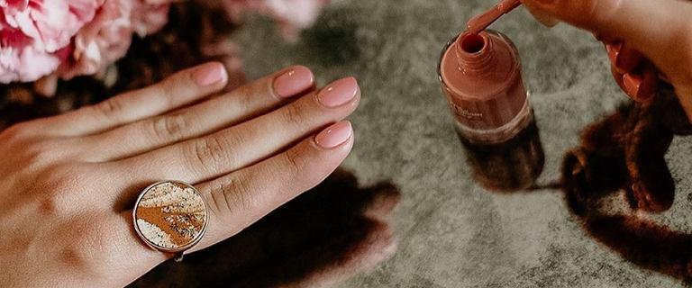 Eleganckie paznokcie na wesele lub do pracy. Trwały manicure zrobisz sama w domu. Sprawdź, jakich lakierow użyć!