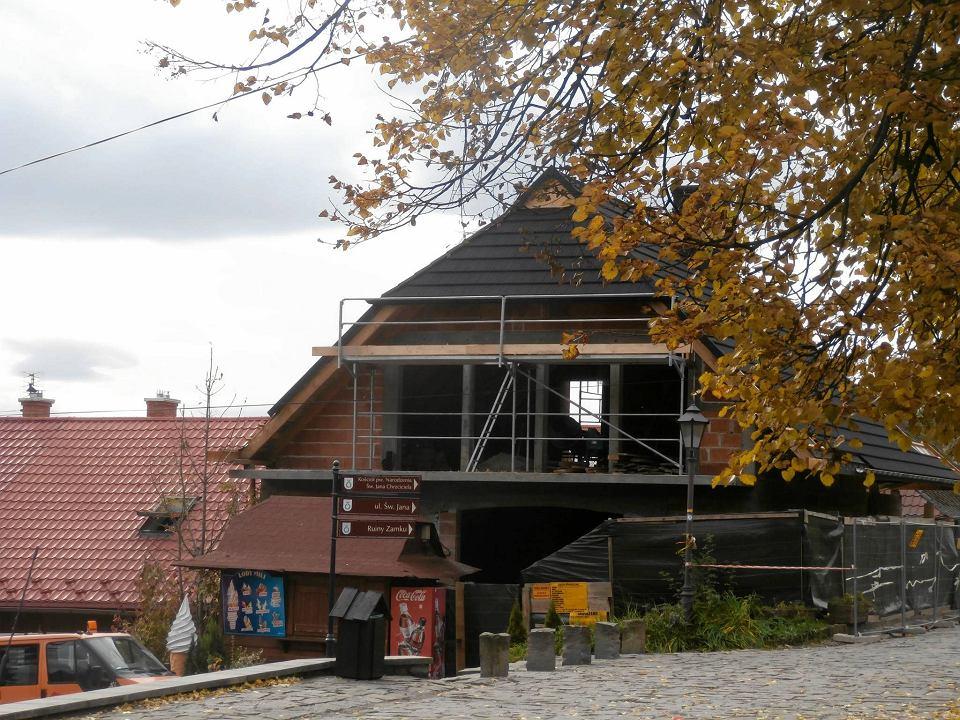 https://bi.im-g.pl/im/e9/ed/13/z20895977V,Budowa-domu-przy-rynku-w-Lanckoronie.jpg