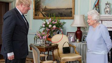 Królowa Elżbieta spotkała się z Borisem Johnsonem. Uwagę zwraca zdjęcie w tle. Czy to dziwne, że tam stoi?