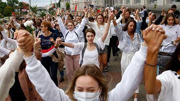 Marsz kobiet - w geście solidarności z ofiarami brutalnie pacyfikowanych protestów po sfałszowanych wyborach prezydenckich na Białorusi. Mińsk, 12 sierpnia 2020