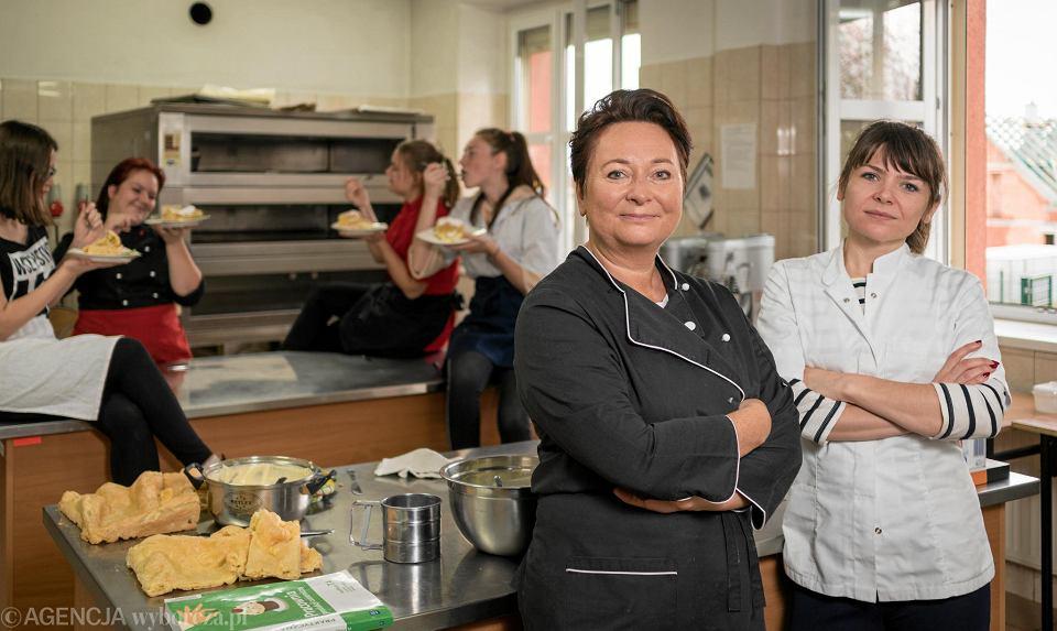 Joanna Żebrowska wprowadziła autorski program uczenia zawodu. Na zdjęciu z anglistką Ewą Donigiewicz (z prawej)
