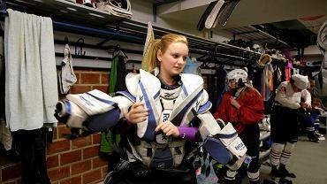 Na zdjęciu Oliwia Rybacka i jej bramkarski sprzęt