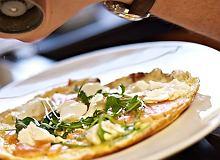 Kremowy omlet z łososiem i rukolą - ugotuj