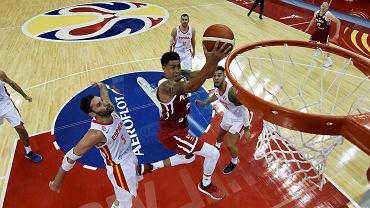 Mistrzostwa świata w koszykówce Chiny 2019. A.J. Slaughter atakuje hiszpański kosz