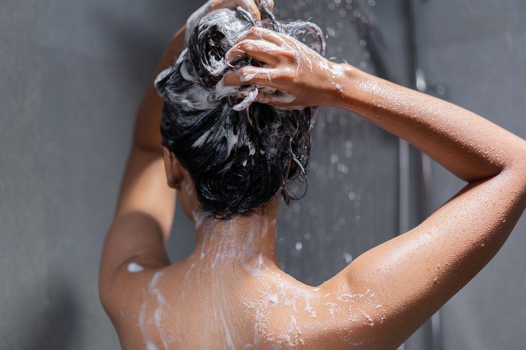 Peeling do skóry głowy złuszcza martwy naskórek i pielęgnuje skórę i włosy. Zdjęcie ilustracyjne