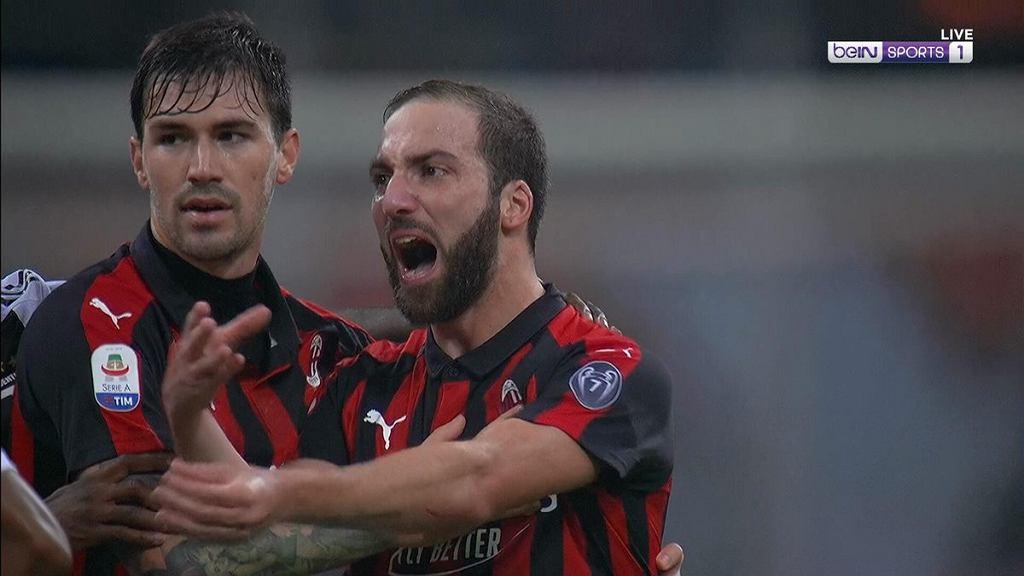 Wściekły Gonzalo Higuain w meczu Milan - Juventus