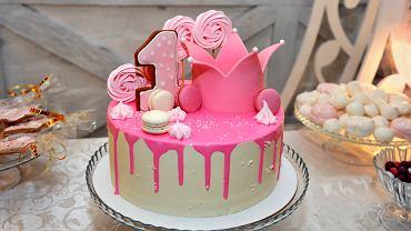 Tort na roczek dla dziewczynki najczęściej jest różowy