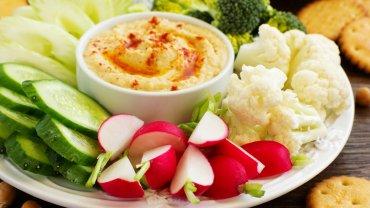 hummus z surowymi warzywami