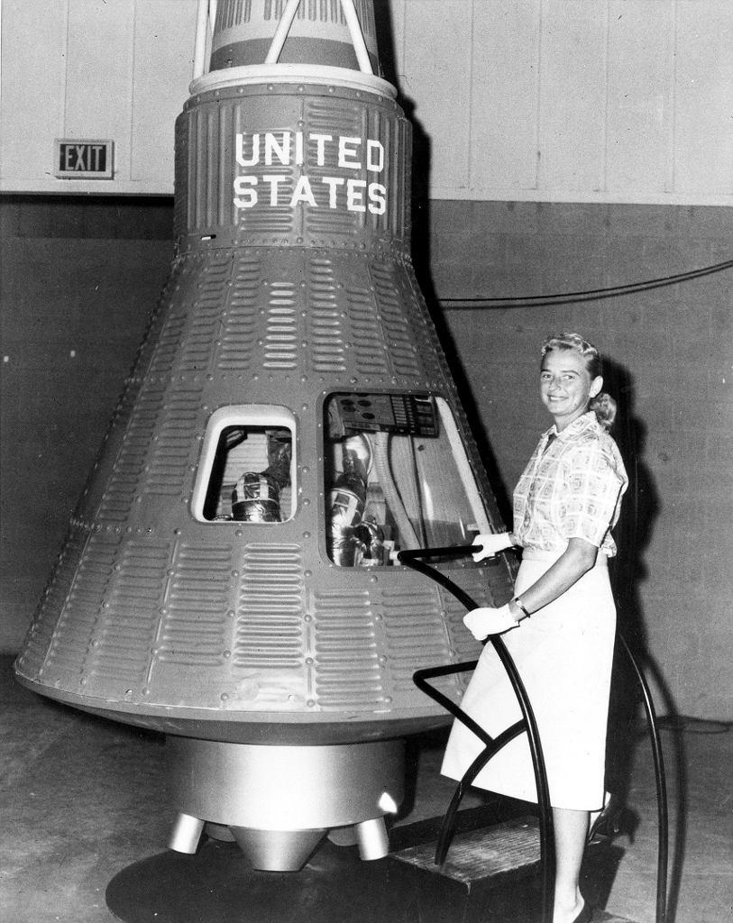 Jerrie Cobb, druga obok Funk najbardziej znana uczestniczka badań w latach 60., przy makiecie kapsuły Mercury