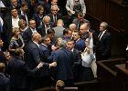 Oto posłowie, którzy wzięli udział w przepychankach w Sejmie [ZOBACZ NA ZDJĘCIU]