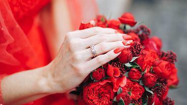 Jaki kolor paznokci do czerwonej sukienki? Świetnie sprawdzi się również czerwony