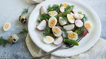 Jajeczka przepiórcze na białej sałatce