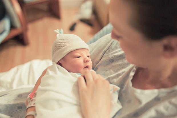 Jak podnosić noworodka prawidłowo i bezpiecznie?