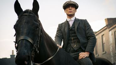 Thomas Shelby z zegarkiem kieszonkowym w serialu 'Peaky Blinders'