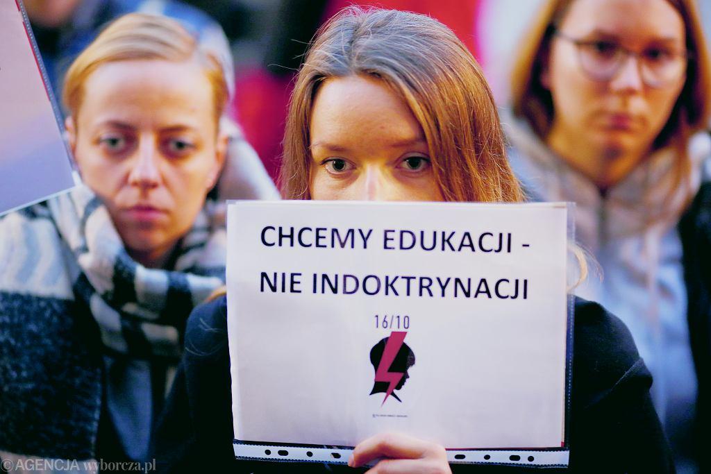 Protest pod siedzibą Prawa i Sprawiedliwości przeciwko ustawie ograniczającej prowadzenie edukacji seksualnej w szkole.