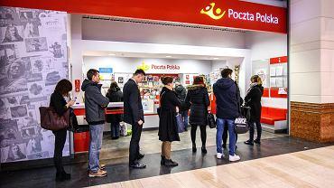 Kolejka na poczcie w centrum handlowym Arkadia w Warszawie.