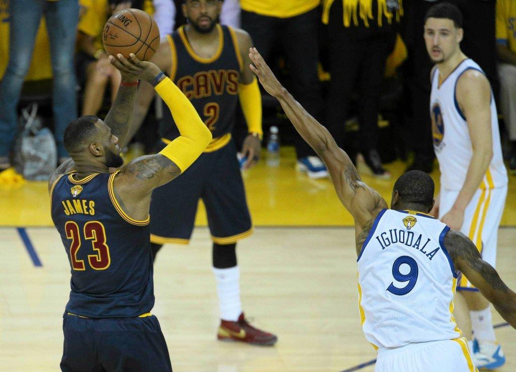 Golden State Warriors - Cleveland Cavaliers 108:100. LeBron James i Andre Iguodala