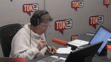Prowadząca Ewa Podolska rozłupuje orzeszek w studiu radia TOK FM