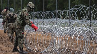 Granica polsko-białoruska pomiędzy miejscowościami Krynki i Jurowlany w województwie podlaskim. Wojsko buduje płot, który ma mieć w sumie ok. 180-190 km (granica polsko-białoruska ma 418 km). W pierwszej kolejności powstanie na 150-kilometrowym odcinku, gdzie straż graniczna odnotowuje najwięcej prób nielegalnego przekroczenia granicy.
